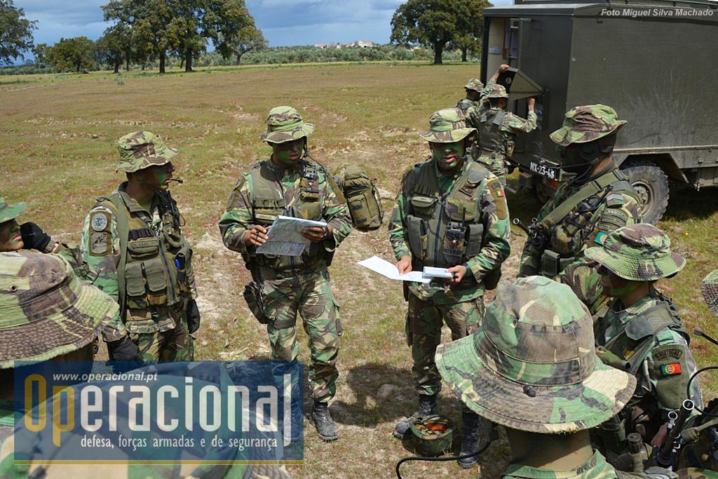 """Como manda a doutrina, o comandante da bateria saiu com destacamento de reconhecimento, cabe ao Tenente Ivo Pires, fazer o """"briefing"""" com os guias da secções para preparar a mudança de posição."""