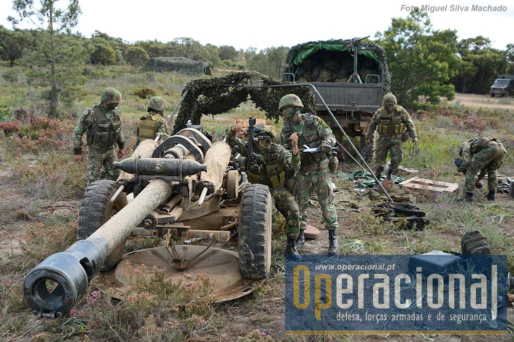 """O L-119 """"Light Gun"""". Portugal foi adquirido em  1998, para equipar a Brigada Aerotransportada (18 armas). Entre 2005 e 2009 equipou a Brigada de Intervenção e neste último ano passou a equipar o GAC da Brigada de Reacção Rápida. Tem calibre 105mm, a munição pesa 15kg, alcance máximo 11.400 (19.500 com munições especiais), pode ser helitransportado e lançado em pára-quedas."""