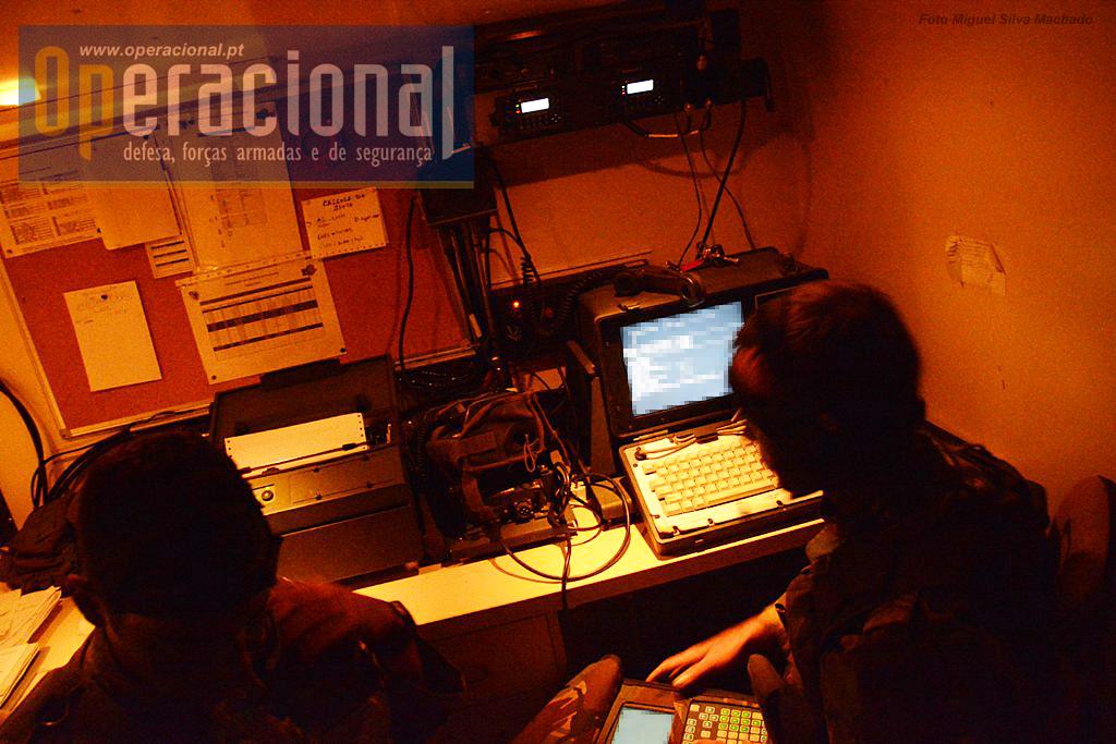 O Posto de Controlo de Tiro (PCT) funciona dentro de um Iveco 40.10 adaptado. Na imagem o Battery Computer System do Sistema Automático de Comando e Controlo.