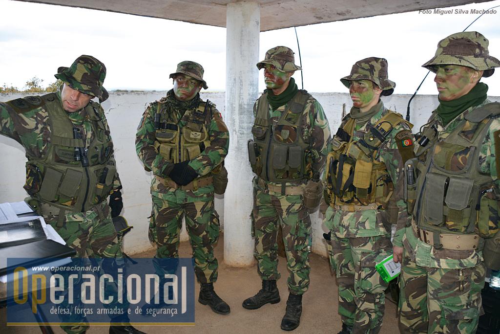 O Capitão Serrão, apresenta problemas aos OAv para estes proporem  soluções. Cada equipa é composta por um oficial, um sargento e um praça condutor.