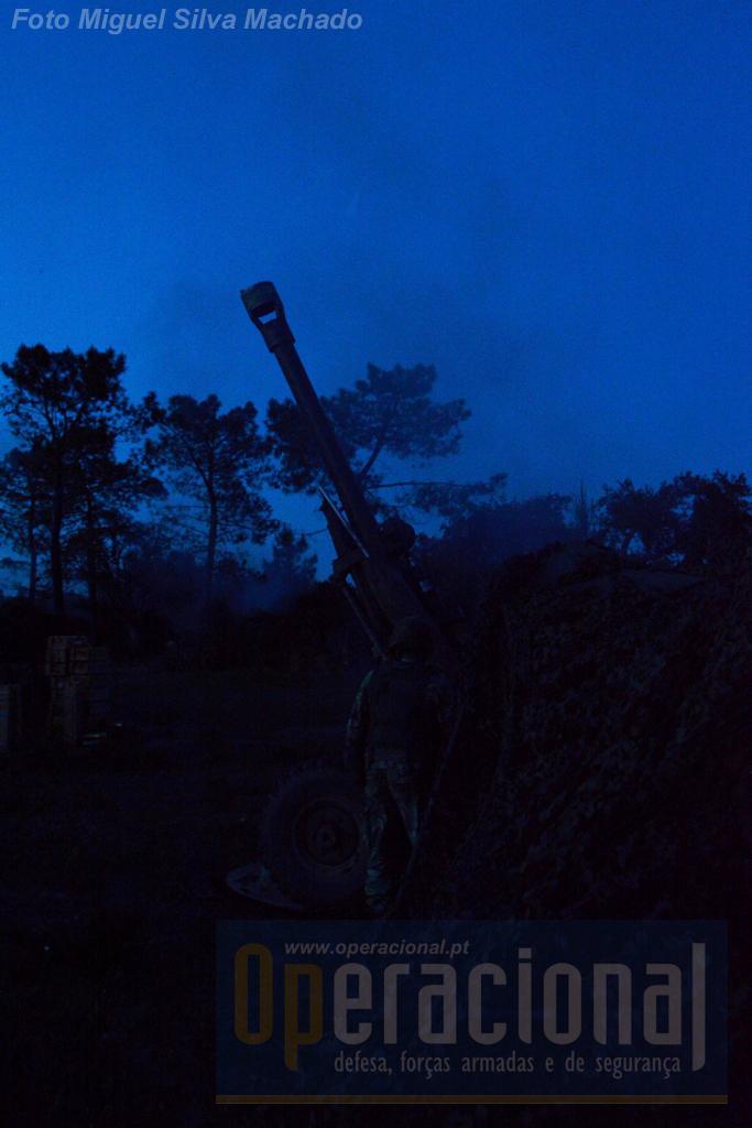"""A noite chega mas as missões de tiro não param. Os militares """"andam"""" a ração de combate e comem quando podem, não há paragens """"para comer""""."""