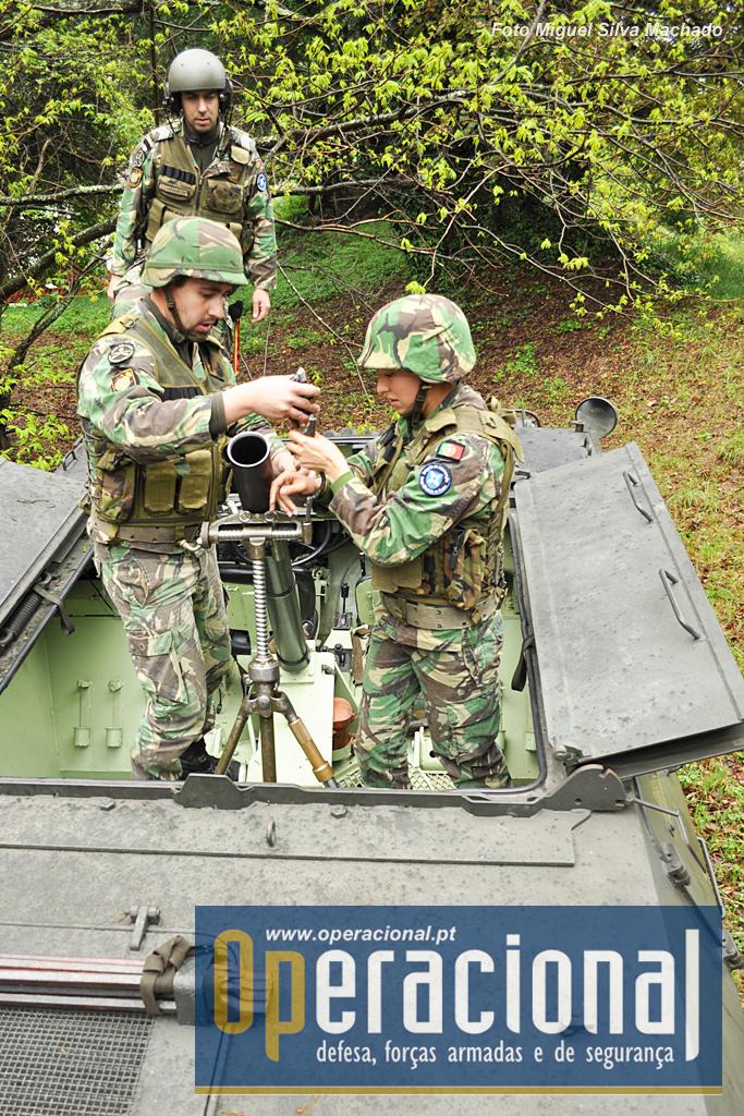 A arma é transportada em alojamento próprio no interior do casco e montada para fazer fogo.