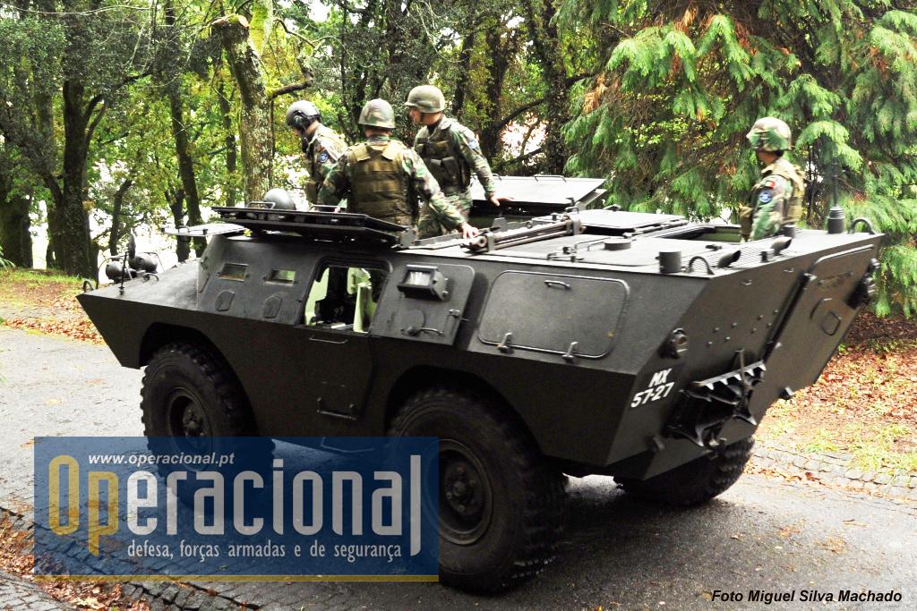 Uma das Chaimites V-200 porta morteiro 81, aqui numa demonstração do Regimento de Cavalaria n.º 6 (Braga) sobre a utilização do morteiro 81mm.