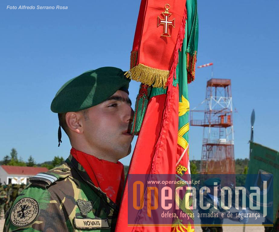 O Estandarte Nacional da Escola de Tropas Pára-quedistas ostenta agora a insígnia da Ordem Militar de Cristo.