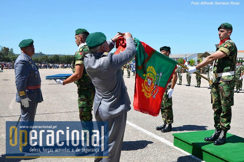 Acto de imposição das insígnias da ordem Militar de Cristo no Estandarte Nacional da Escola de Tropas Pára-quedistas.