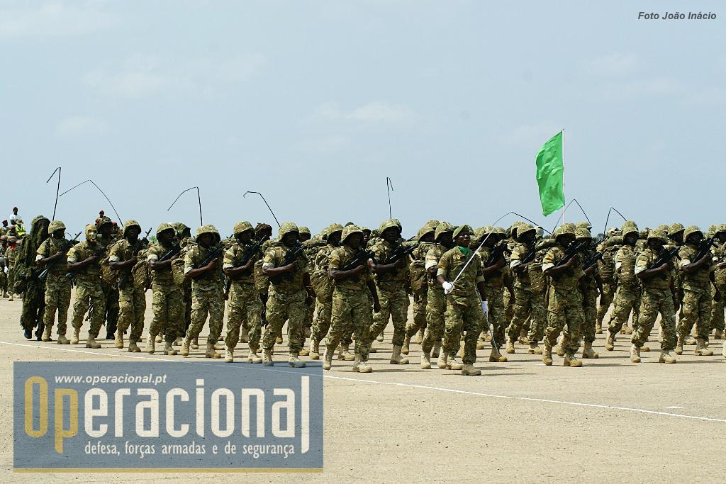 A grande novidade no desfile deste ano em Cabo ledo foi a apresentação pública das novas armas individuais introduzidas na BRIFE...