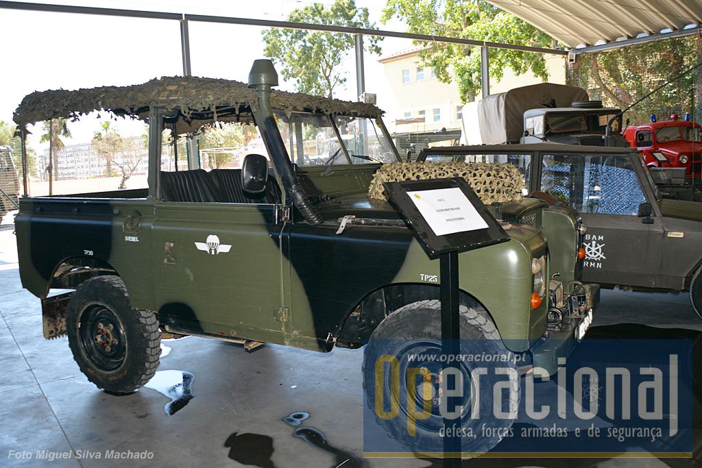 Um Land Rover SIII que serve o Exército desde 1977, tendo este a particularidade do seu proprietário lhe ter pintado um logo usado pelas Tropas Pára-quedistas da Força A érea nos anos 80 e 90.