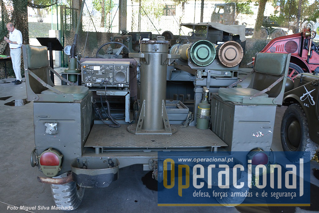 Algumas viaturas expostas têm equipamento adicional como emissores/receptores ou componentes de sistemas de armas. Este Ford MUTT 151A2, é a versão lançador de míssil TOW e entrou ao serviço em 1982.