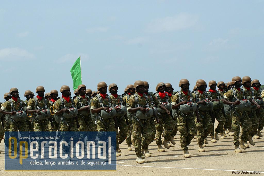 Os militares especializados em pára-quedismo desfilaram equipados com pára-quedas automático e capacete de salto.