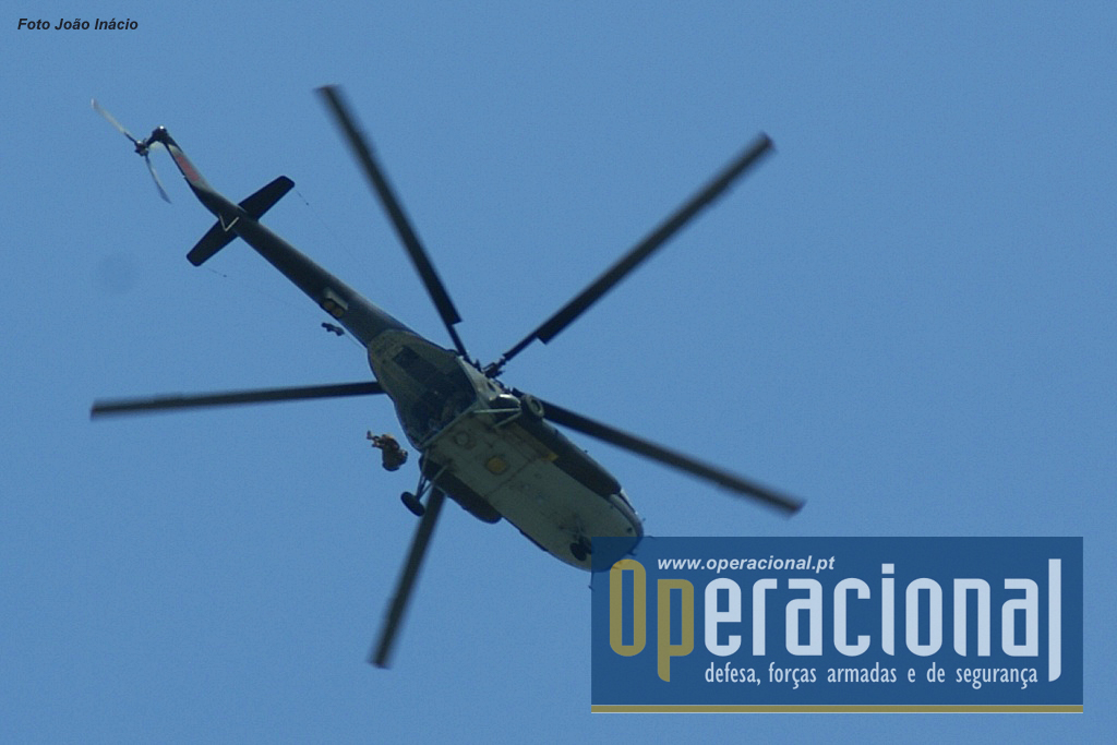 No final da cerimónia saltos em pára-quedas por militares da BRIFE a partir de um MI-17 do Regimento Aéreo de Helicópteros da Força Aérea Nacional.