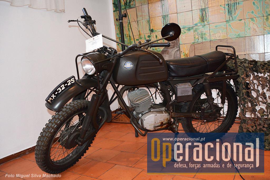 """Nos anos 80 do século XX as Forças Armadas Portuguesas receberam muitas viaturas da chamada """"ajuda Alemã"""", entre as quais estes motociclos """"Hércules - Sach K125"""""""