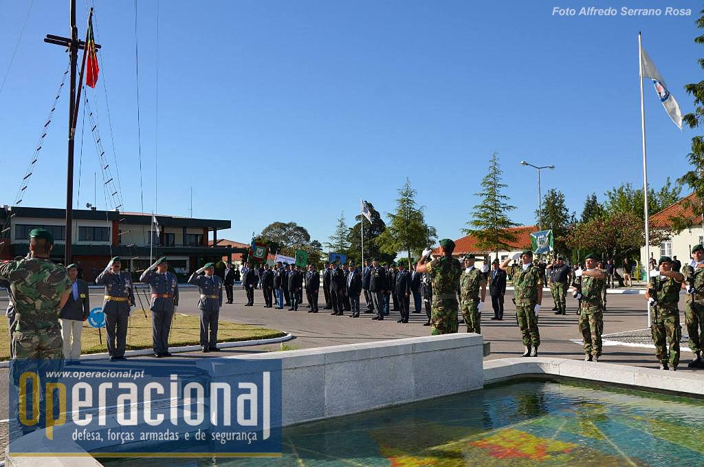 Bem cedo a homenagem aos mortos, com a presença das associações de pára-quedistas, no Monumento aos Mortos em Combate.