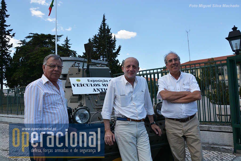 Deu trabalho mas a missão está quase cumprida e bem! Da esquerda, José António Alves, João Freitas e José Manuel Alves, elementos da Associação Portuguesa de Veículos Militares, pousam frente a uma Ferret Mk.II 4,5 ton. 4x4 (m/1979 em Portugal) na Porta-de-Armas do Regimento de Transportes.