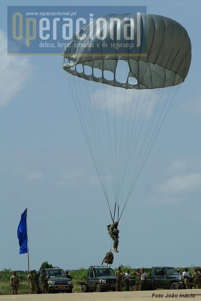 """Aterragem com mochila, manobradores em baixo, calote com a""""parte fechada"""" virada ao vento!"""
