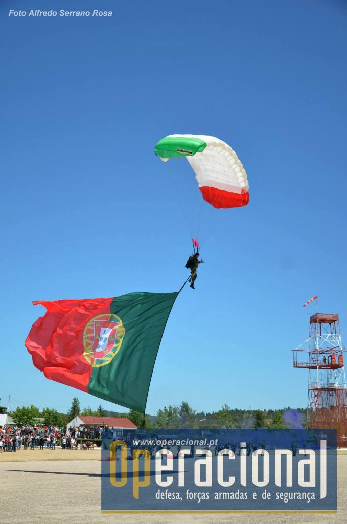 Esta  Bandeira Nacional tem 72 metros quadrados, sendo uma das maiores do mundo utilizada nesta finalidade. O salto com este material exige cuidados especiais.