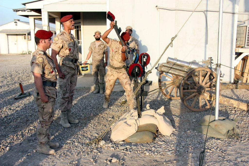 """A Cerimónia de Homenagem aos Mortos executada por militares comandos portugueses, integrou o acto solene de domingo, 17 de Maio de 2015. Militares portugueses voltam ao Iraque, agora para ministrar instrução ás forças iraquianas que combatem o """"ISIL""""."""