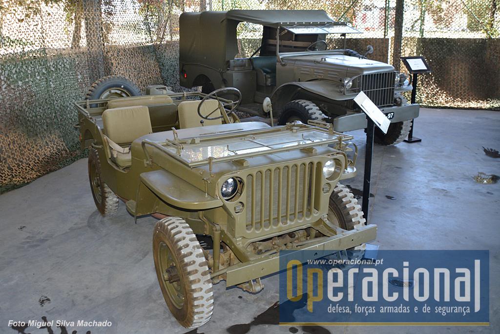 """Parece um """"Jeep"""" mas é um Ford GPW dos EUA, que o Exército Português recebeu em 1952. Em segundo plano um Dodge WC51, da Marinha Portuguesa, onde foi introduzido em 1951."""