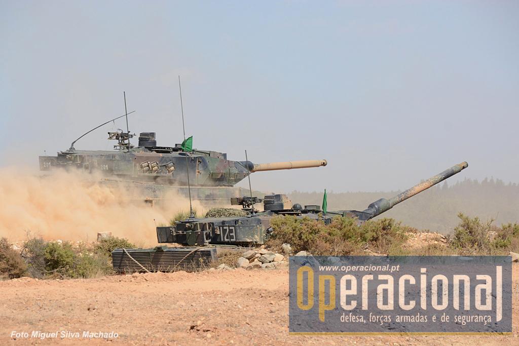 Durante a manobra táctica um CC em posição de tiro é ultrapassado por outro que em breve abrirá fogo.