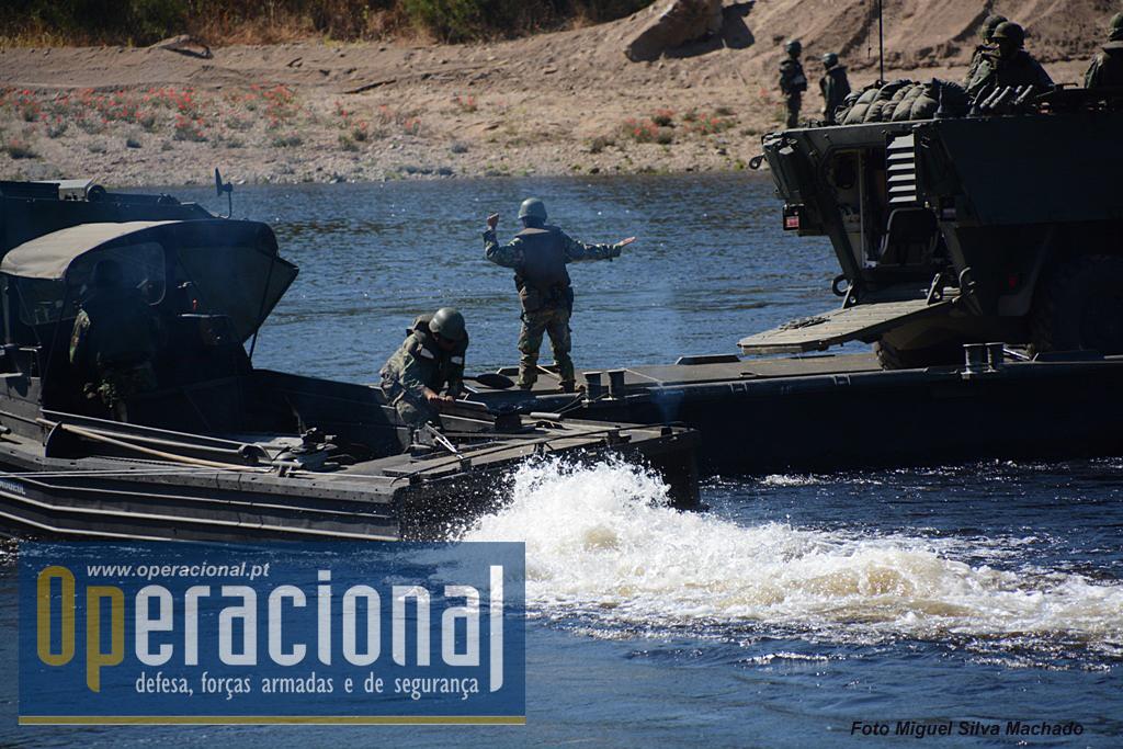 ...sob orientação do sargento responsável, que dá ordens aos operadores dos barcos por gestos...