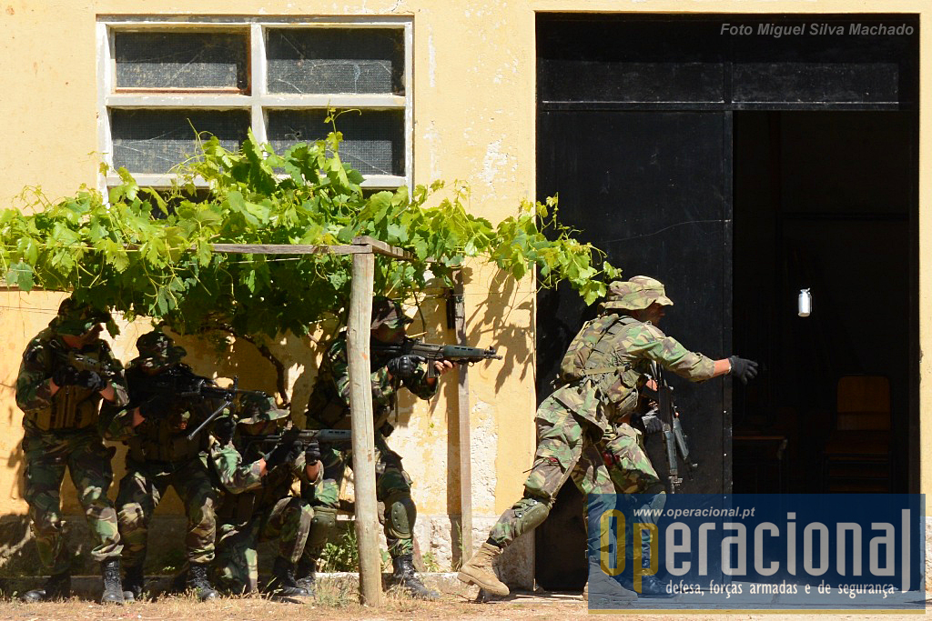 """Demonstração de entrada num edifício.  O local estava guardado por """"terroristas"""", a acção começou com a eliminação com armas de apoio dos elementos visíveis, e seguiu-se a entrada em acção desta equipa de assalto."""
