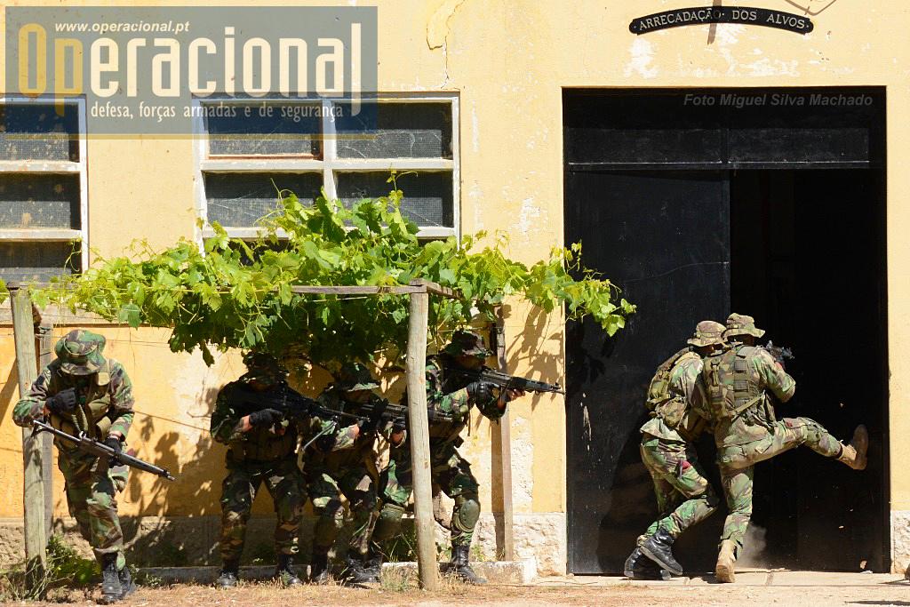 A equipa divide-se parte entra no edifício e outra parte mantém segurança periférica.
