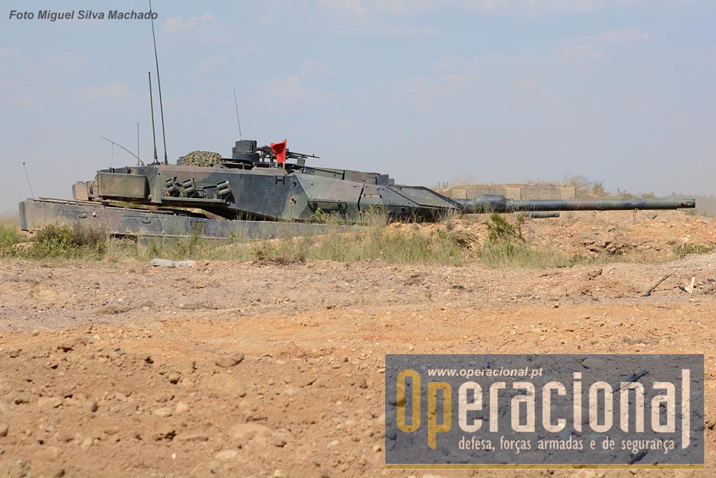 """Parte dos carros de combate só abandonam as suas posições """"fortificadas"""" no final da acção. Daqui conseguem vigiar e se necessário atingir qualquer alvo de ocasião."""