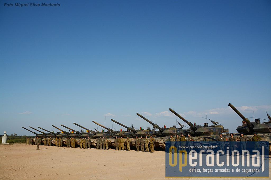 Dois pelotões de carros de combate materializaram nesta ocasião os dois Esquadrões Leopard do Grupo de Carros de Combate.