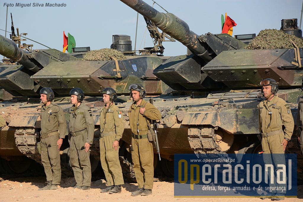 O Leopard 2A6 tem uma guarnição de 4 militares. Chefe de carro, apontador, municiador e condutor.