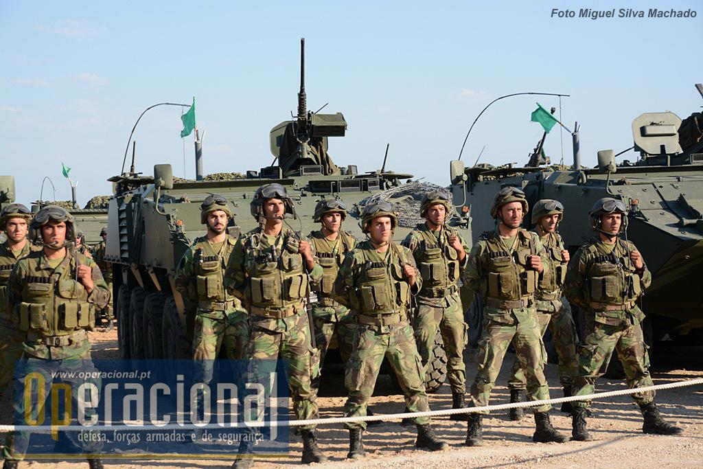 A Pandur II 8X8 TP 12,7mm tem uma guarnição de 2 militares, chefe de viatura e condutor e pode levar 8 infantes completamente armados e equipados.