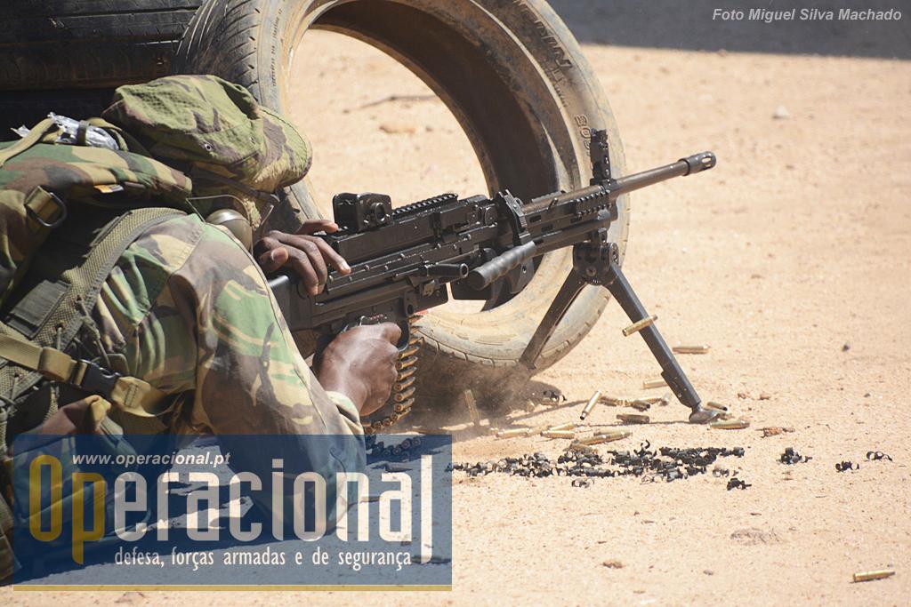 A arma de apoio da equipa essa sim um arma moderna - mesmo que não estivesse equipada com visor óptico - a HK MG 4, calibre 5.56mm.