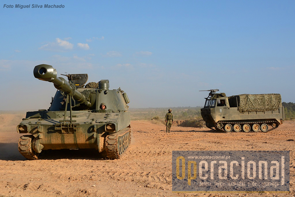 O M109 A5 155mm (e o veiculo porta munições) é capaz de atingir alvos