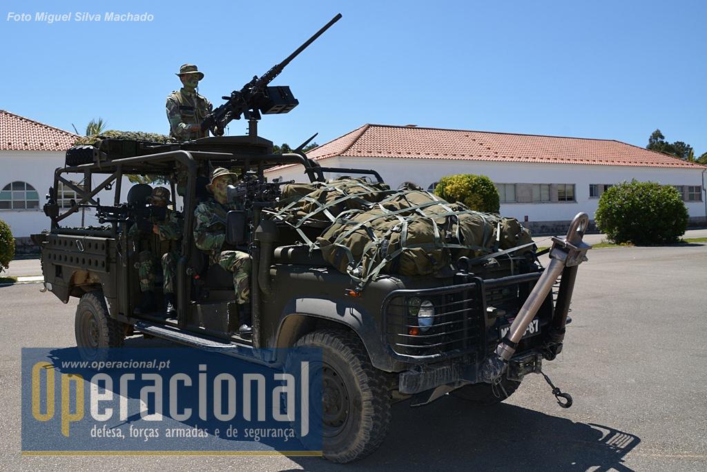 """O Land Rover 130 TD4, designado por """"Commando Assault Vehicle"""". Trata-se de uma viatura de uso civil adaptada à finalidade em causa, com vários componentes, como uma blindagem na sua parte inferior o que permite protecção acrescida aos ocupantes em caso de rebentamento de explosivos improvisados."""