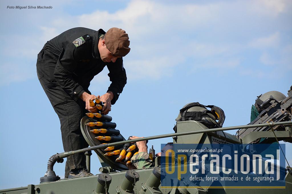 Carregamento das munições explosivas.
