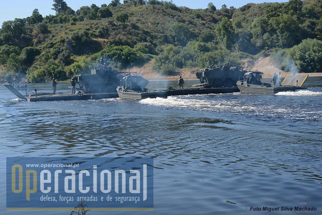 """O trem de navegação – """"jangadas"""" – da Ponte Flutuante Ribbon,é manobrado, por dois por barcos Schottel...."""