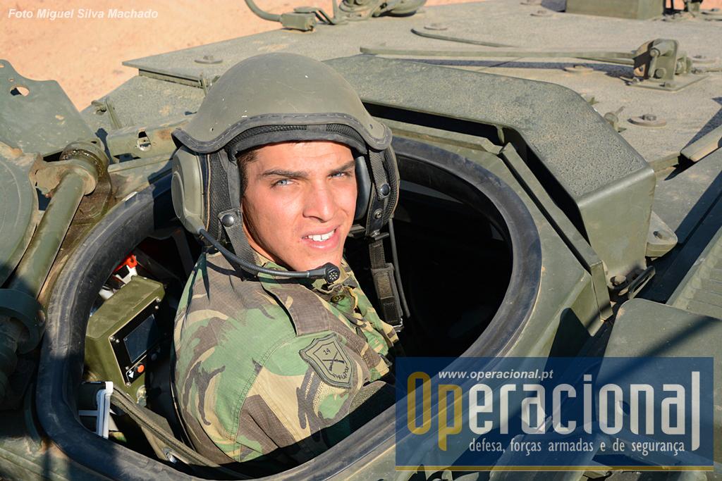 """Condutor no seu """"local de trabalho"""" usando no capacete o  sistema de intercomunicação de fabrico nacional (EID - P/ICC-201)."""