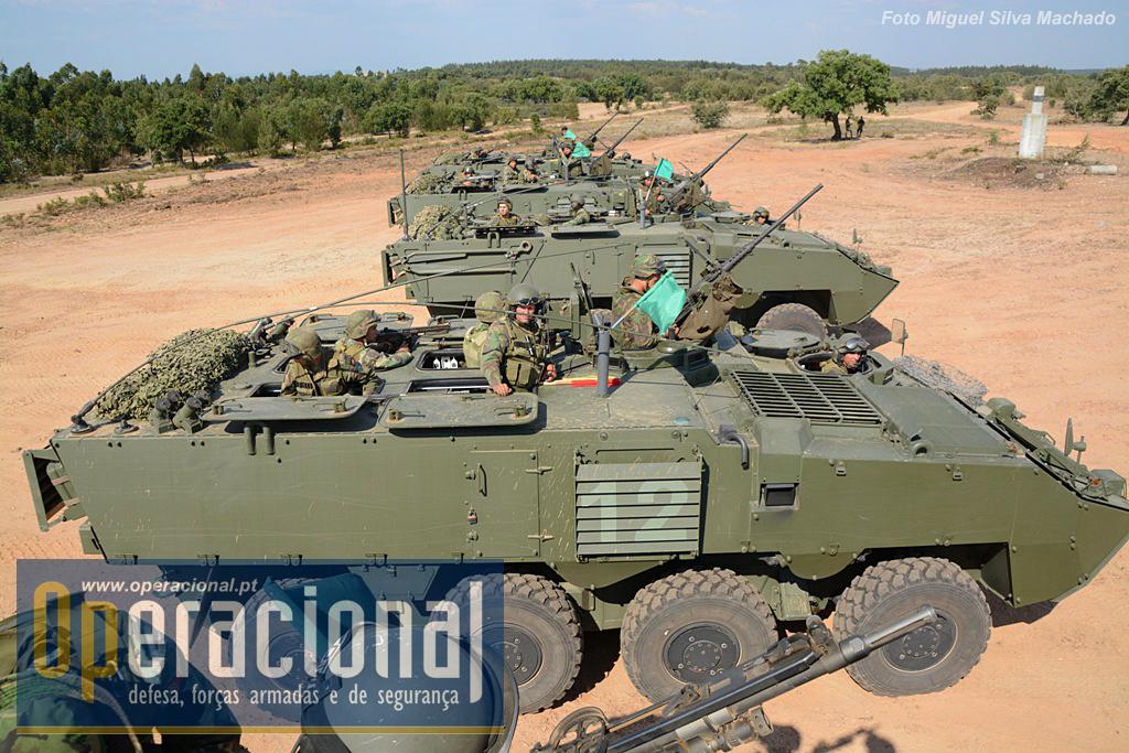 As VBR Pandur II 8X8 TP 12,7mm, que transportam a infantaria. Chefe de viatura, condutor e 8 atiradores. Os infantes podem desembarcar pela rampa ou combater na posição em que estão na imagem.