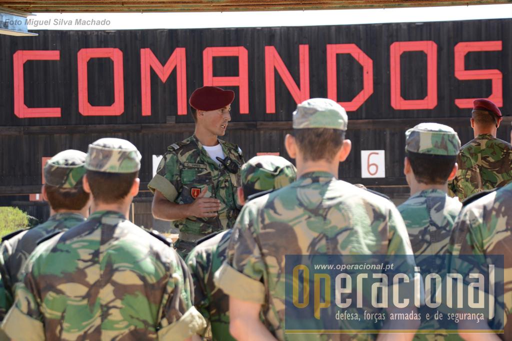 No inicio da visita o oficial responsável por esta sessão de tiro apresenta aos cadetes o que se irá seguir e algumas particularidades, nomeadamente as etapas prévias a este tipo de treino.