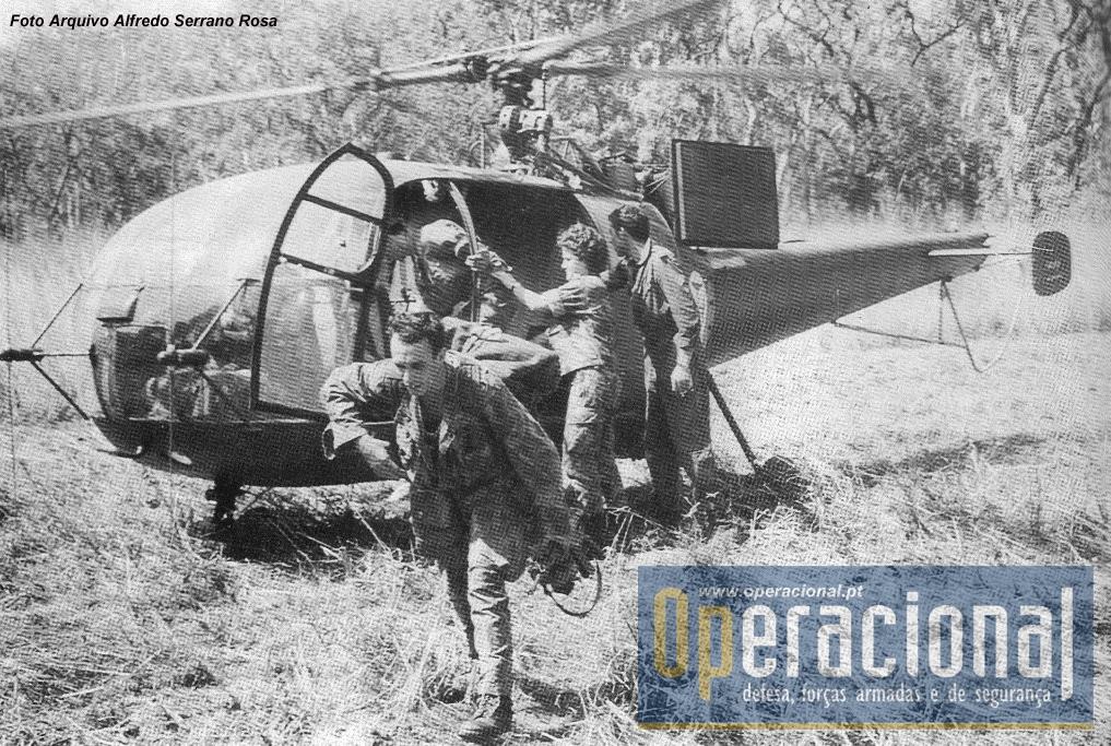 """12 de Fevereiro de 72, Guiné, o Alouette III acaba de chegar de Bisssau com uma enfermeira pára-quedista para proceder a uma evacuação.  """"O ferido era o  Victor Lincho atingido no Sara, num contacto com o inimigo, na operação """"Mocho verde"""". O pára-quedista que regressa do héli, é o Sousa enfermeiro do meu pelotão e que veio a morrer no dia 10 de Março em consequência dos ferimentos em Gampará (Victor Tavares)"""""""