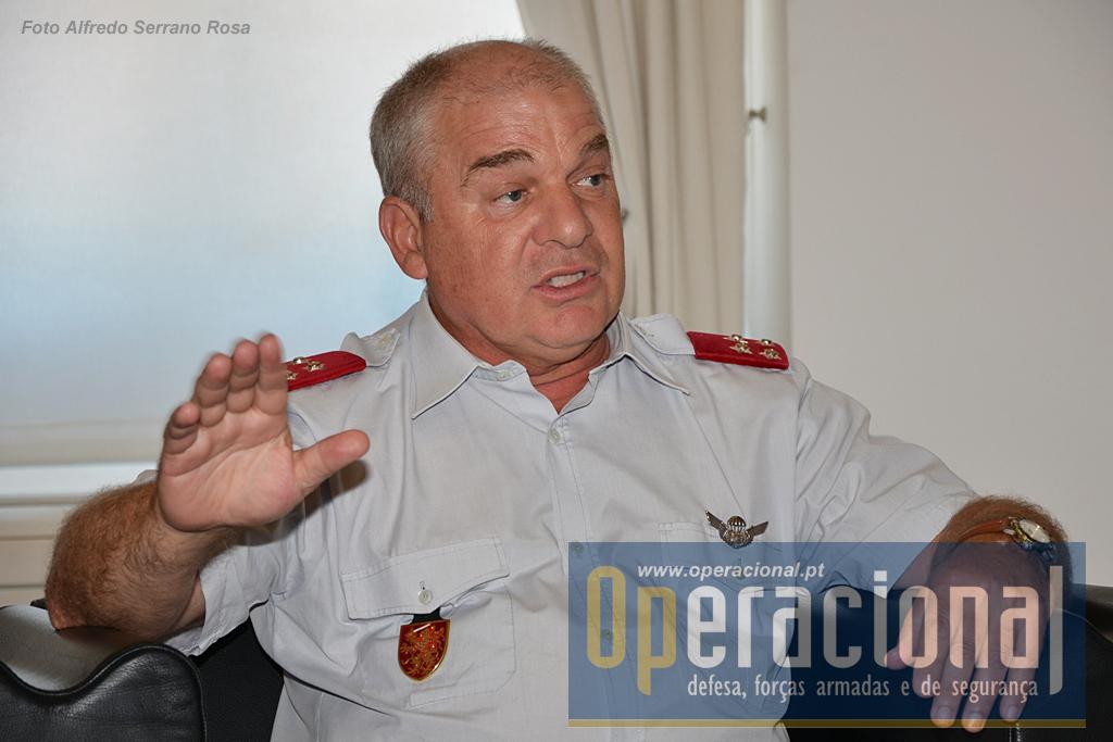 O General Carlos António Corbal Hernandez Jerónimo é natural de Paialvo (Tomar), tem 59 anos de idade e 41 de serviço. Fez grande parte da sua carreira nas Tropas Pára-quedistas e comanda o Exército desde Fevereiro de 2014. Recebeu o Operacional em 29JUL2015.