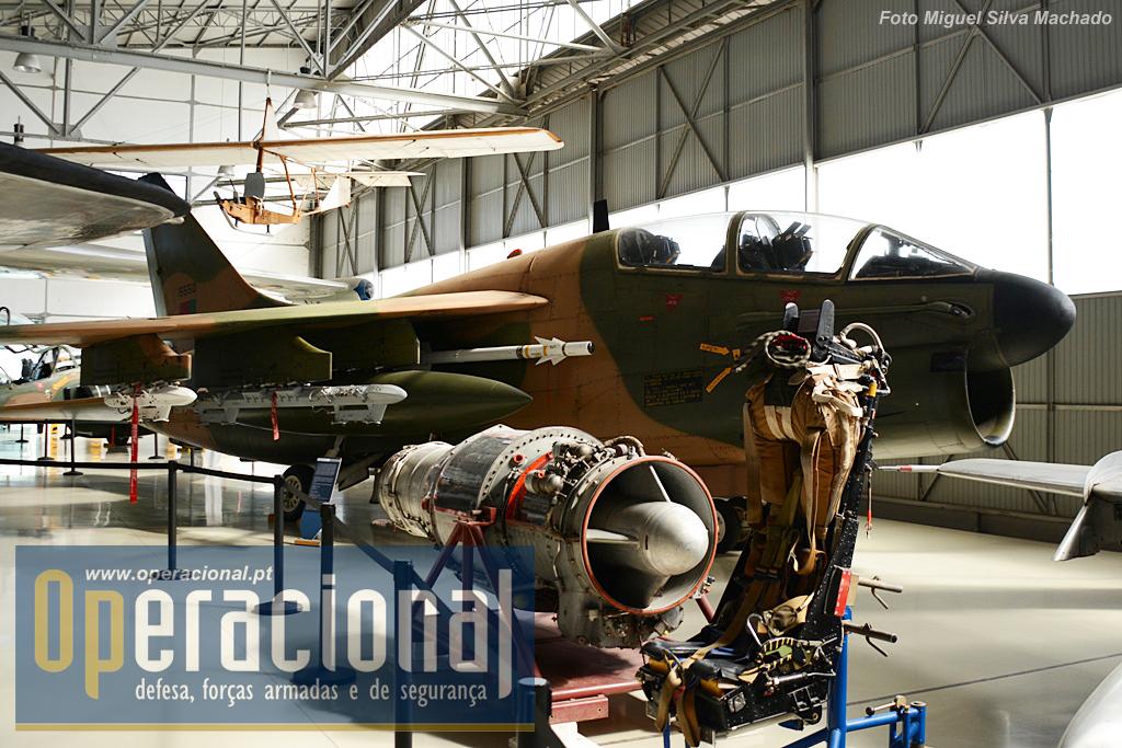 """LTV TA-7P Corsair II. A Força Aérea chegoua  dispor de 50 """"Corsair"""" entre 1981 e 1999."""