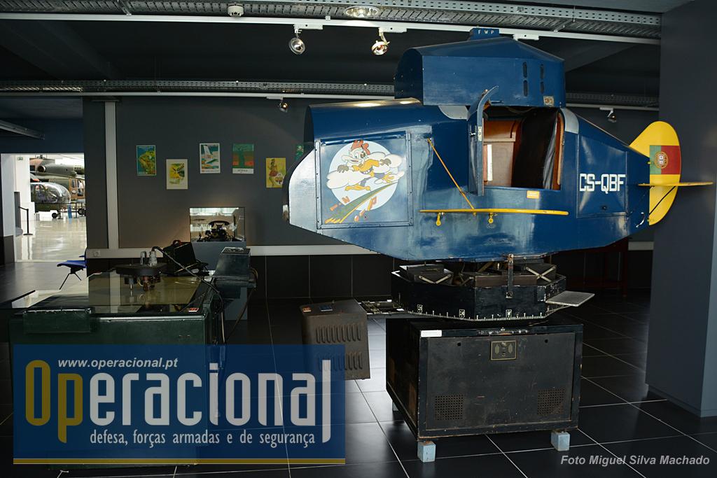 """No sector da TAP este curioso simulador de voo. Não é um brinquedo é mesmo um aparelho de instrução real, o """"Link-Trainer"""" que foi usado entre 1948 e 1960."""