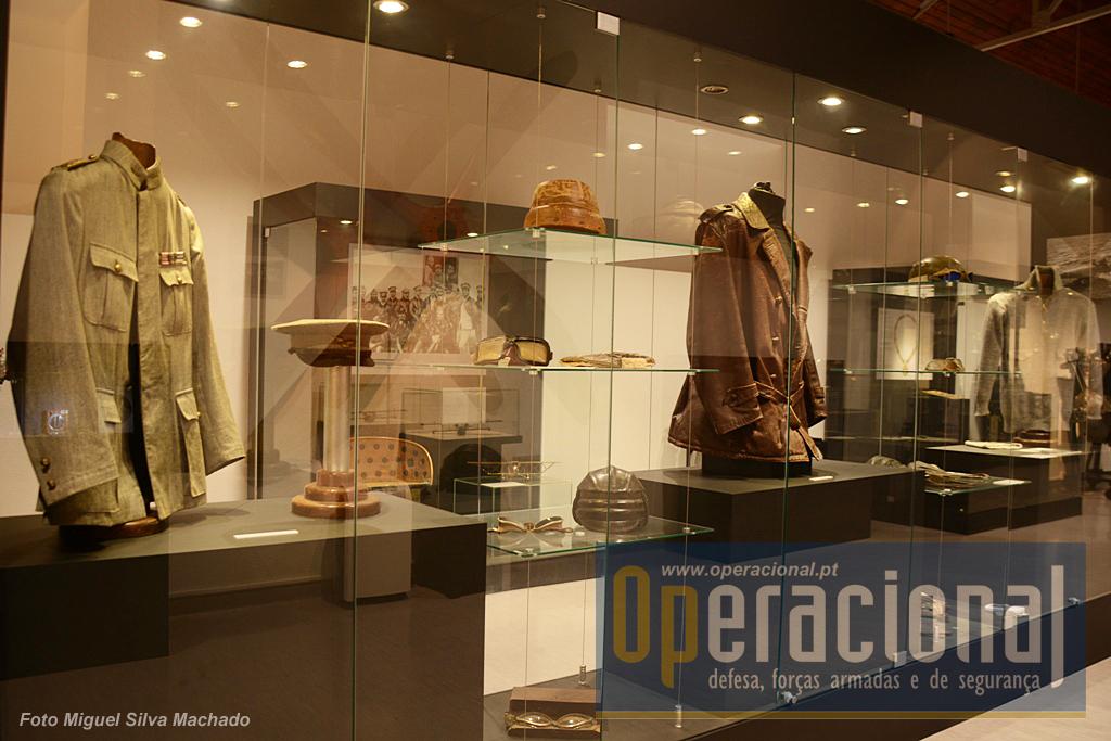 """Nesta sala podemos tomar contacto com """"relíquias"""" com história, objectos que correram mundo e riscos com os aviadores do inicio do século XX."""