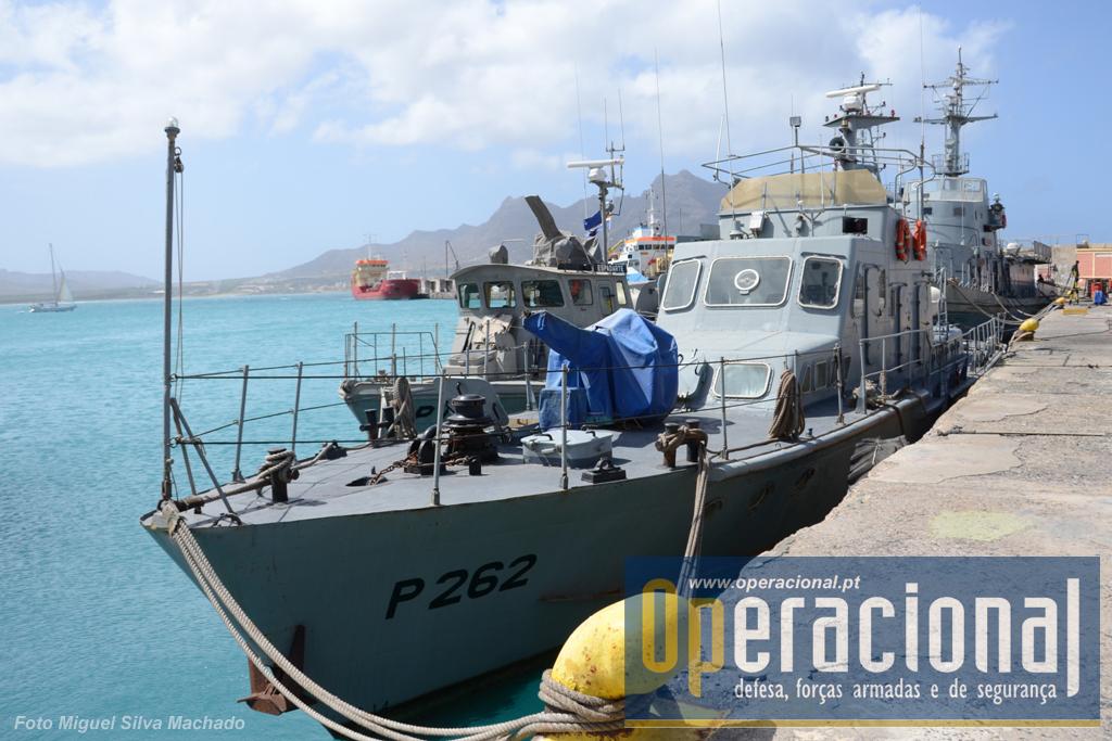 """O navio patrulha """"Taínha"""", com 26m de comprimento e deslocando 52 toneladas, é de construção chinesa e tem uma velocidade máxima de 18 nós. Chegou a Cabo Verde em 1999, juntamente com o """"Sargo"""" , (idêntico), ambos novos."""