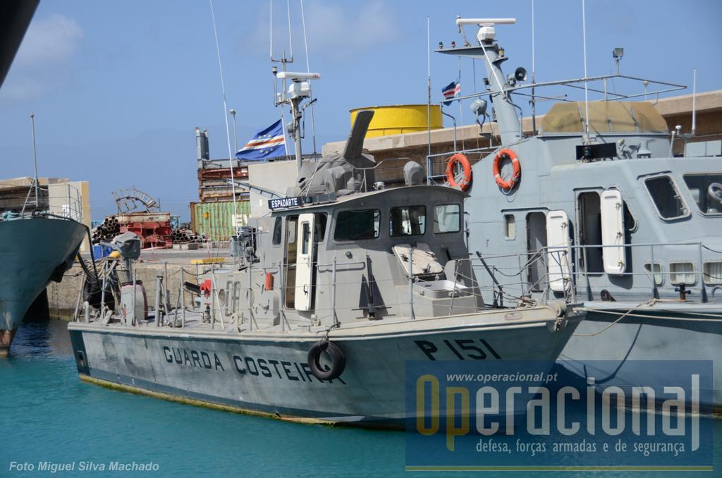 """O """"Espadarte"""" com 15,6m de comprimento e deslocamento de 22 toneladas, atinge os 24 nós. Chegou a Cabo Verde em 1993, proveniente dos EUA."""