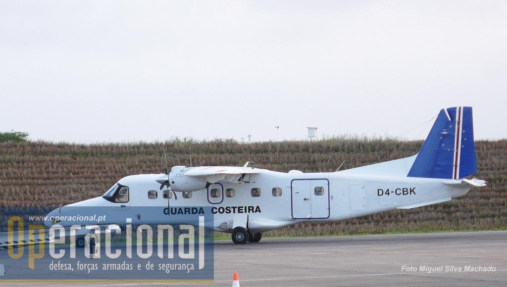 O Dornier 228 da Esquadrilha Aérea da Guarda Costeira, estacionado no aeroporto internacional da Praia.