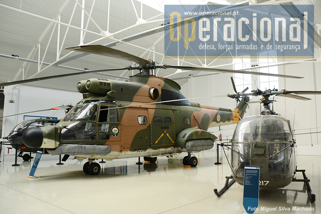 À direita o Alouette II e ao centro o Sud-Aviation SA-330 Puma. Portugal adquiriu 13 Puma em 1969, para a Guerra no Ultramar, sendo depois modernizados e transformados para a missão primária de Busca e Salvamento a partir de 1979. Foram retirados de serviço em 2011.