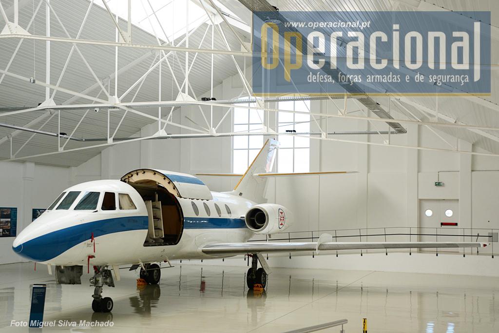Dassault-Breguet Falcon 20, avião destinado ao transporte de altas entidades e depois para missões de verificação e calibragem de ajudas à navegação aérea. 3 aeronaves estiveram ao serviço da FAP entre 1984 e 2005.