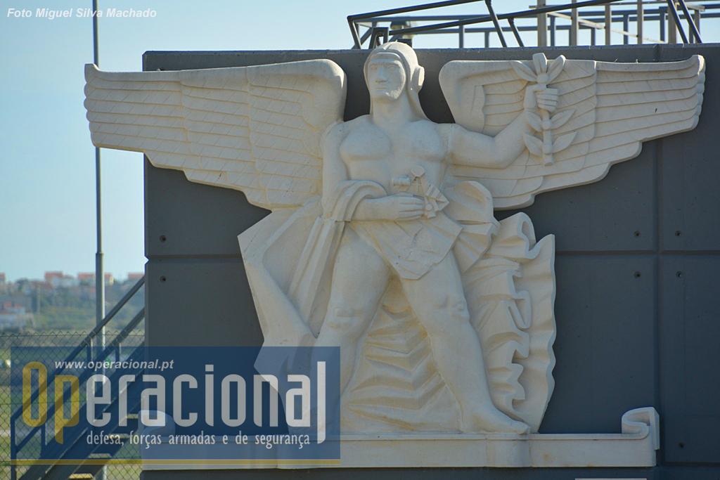 O Homem Alado, réplica de uma escultura de Barata Feyo, executada pelo filho, João Barata Feyo, em 1992 para as comemorações dos 50 anos do Aeroporto de Lisboa. O original encimava a porta de entrada do aeroporto e foi retirada em 1967.