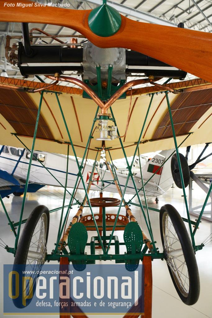 """O """"posto de pilotagem"""" do Santos Dumont SD Demoiselle XX. Trata-se de uma réplica construída em 1972 desta aeronave de 1908."""