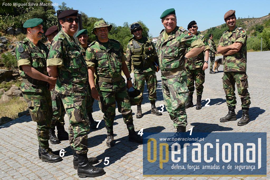 """O comandante do Exército, General Carlos Jerónimo (1), acompanhando uma fase do exercicio """"Orion 15"""" juntamente com o Comandante da Forças Terrestres, Tenente-General Faria Menezes (4), os comandantes das três brigadas do Exército, MGen Aguiar Santos (5) da BrigInt, MGen Nunes da Fonseca (3), da BrigMec e MGen Cardoso Perestrelo (6) da BrigRR, o seu chefe de gabinete, MGen Ribeiro Braga (2) e do MGen Pires da Silva (7)."""